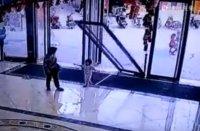 Стеклянная дверь упала на ребёнка. Видео факт.