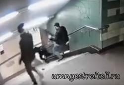 Беженец пнул немку ногою в спину. Видео факт.